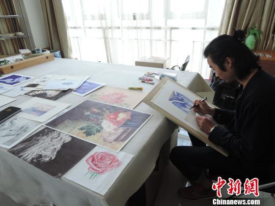 石信正在进行圆珠笔画创作,桌子上摆的都是他的圆珠笔绘画作品。 韩章云 摄