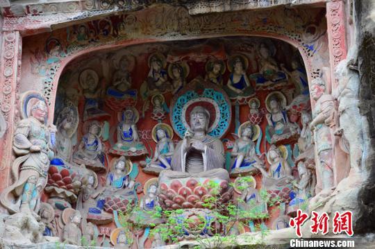 雕刻精湛、饱经风霜的巴中南龛石窟造像色彩鲜艳 苗志勇 摄
