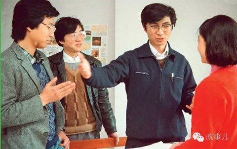 青年王沪宁(右二)
