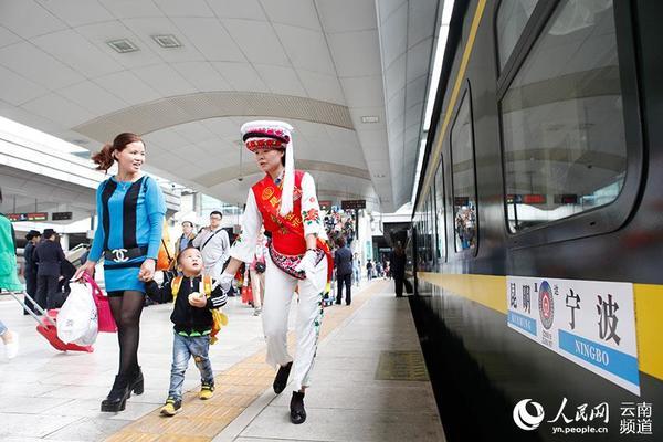 5月16日,身着少数民族服装的金花服务小队在昆明火车站站台引导旅客乘车。(张斯腾、李玥莹 摄)