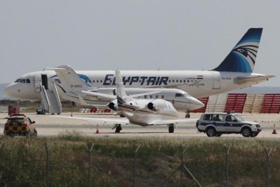 中新网5月19日电 据《国际财经时报》援引埃航及多家媒体报道,当地时间18日晚,埃及航空公司一架从巴黎飞往开罗的飞机在雷达上消失,机上载有数十人。埃及航空公司已经证实此消息。另有媒体报道称,飞机是在希腊附近航空失联的。 据报道,该客机航班号为MS804,埃及航空公司表示,将继续提供更多事件细节。 此前有媒体称,机上载有50多名乘客。最新消息称机上载有59乘客和10个机组人员。