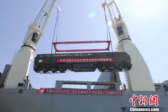 中国出口最大订单内燃机车装船启运。 刘春义 摄