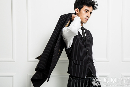 一身时尚黑色条纹西装时而霸气外漏,时而可爱暖萌.