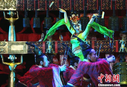 妩媚的乐舞令观众迷醉。 赖海隆 摄 哦,还有,在西方的歌剧院装饰中, 看到如此东方色彩的演出,是一个非常奇妙的感受。梅森补充道。 原版《编钟乐舞》自1983年首演后的10余年间,曾造访欧、美、日本等57个国家和地区,演出1000余场,受到世界各地政府首脑、社会名流和普通民众的普遍好评。上世纪90年代初以后,《编钟乐舞》的全剧演出暂别舞台;而编钟最近一次在国际舞台上的亮相,则是2016年1月在埃及卢克索神庙前,为中外贵宾奏响金石和鸣。