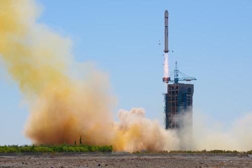 用航天飞机运载卫星的费用是每吨2500万美元.