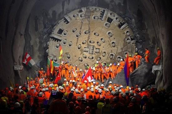 2010年10月,瑞士工人庆祝隧道打通。
