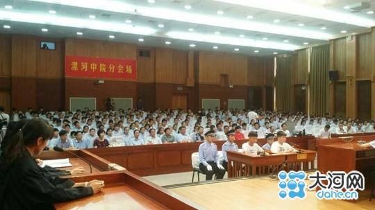 漯河中院联合市实验中学举办模拟法庭法制宣传报告会
