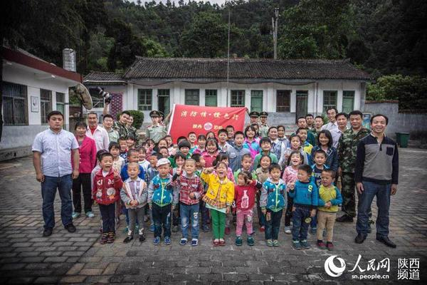 陕西消防官兵走进贫困山区关爱留守儿童