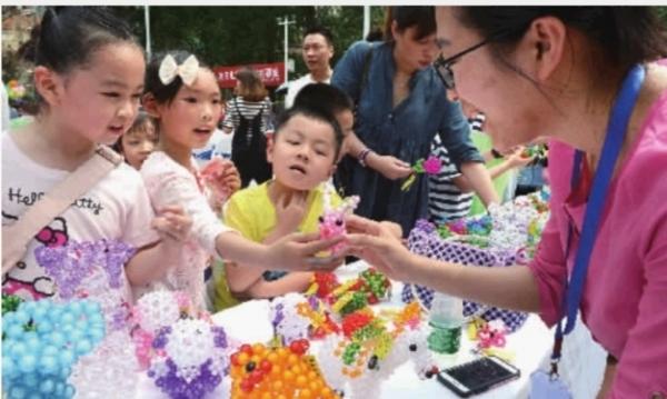 通过艺术作品捐赠,孤残儿童手工作品义卖,无国界游戏互动,爱心家庭与