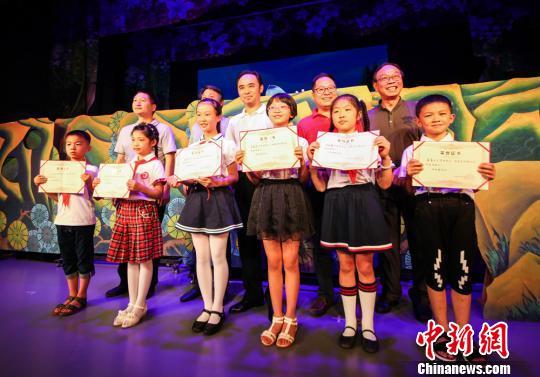 """通过考核的小学生获得""""湖南省非遗小小戏曲传承人""""证书。"""