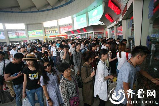 济南长途汽车总站售票大厅排满了购票出行的旅客