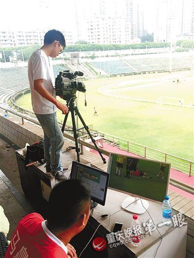 现场直播还有解说 重庆球迷联赛好洋气