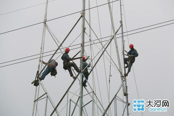 县供电公司组织施工人员在110千伏弦新线92-93号杆施工现场组立铁塔