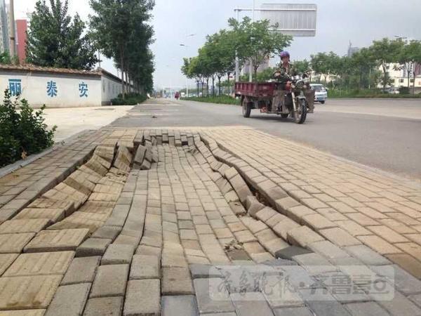 灵山大街_泰安灵山大街一人行道发生塌陷 下陷约40公分