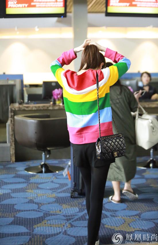 戚薇上海机场街拍-嫩到犯规 戚薇上海机场 彩虹 上身图片