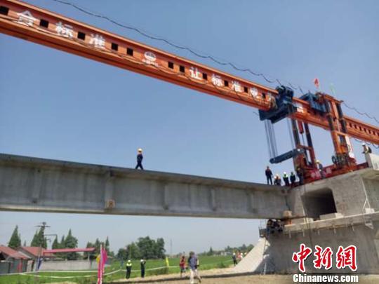 成兰铁路在四川德阳什邡市首架成功. 胡敏 摄