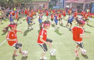 足球运球过障碍技巧图解