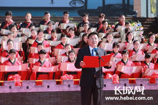 荆州市市长杨智领读《颂关帝文》。 照片来源:荆旅集团