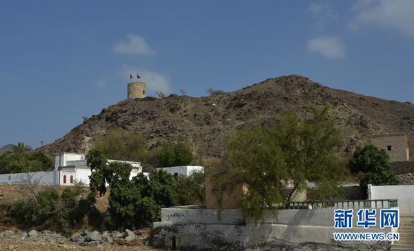 山上城堡上飘扬着阿曼国旗(图片由作者提供)