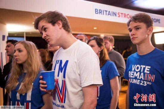 支持留欧的阵营看到投票结果后的失落表情。