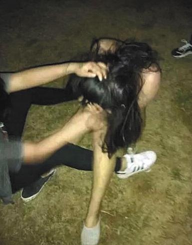 2015年5月,连云港电大一女生被4名女生殴打、剪发、拍裸照并上传至网络。图片来源于网络
