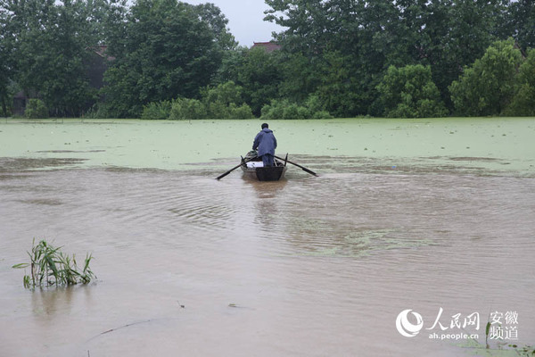 这位村民自己划着小船转移群众