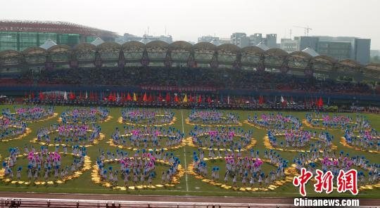 图为广西师范大学带来千人团体操表演. 邓超颖 摄