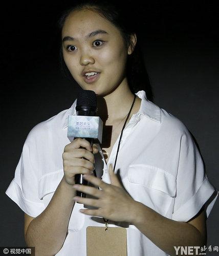 李连杰16岁女儿做公益 大眼圆脸长相似利智