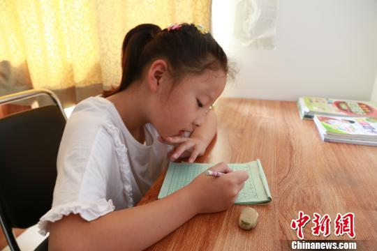 7岁的王子熙暑假依然见不到父亲李仕杰摄