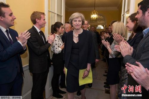 新首相特蕾莎・梅入主唐宁街10号,职员们夹道鼓掌欢迎。