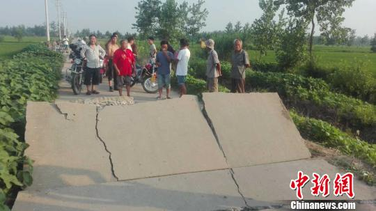 炸裂的水泥路面高高拱起(受访者供图)