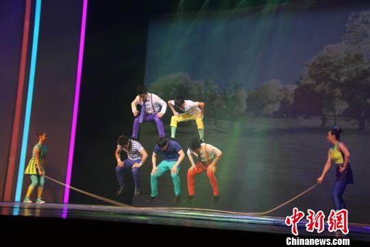 图为演员表演花式跳绳