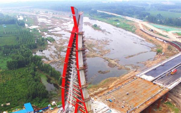 备受市民关注的西安路祊河桥的建设进度如何了?记者从市住建局获悉,西安路祊河桥已经开始进行斜拉索施工,桥梁主体结构工程进入到冲刺阶段。斜拉索施工完成后,标志着桥梁主体结构工程完工,随后将进行桥梁附属工程施工。 25日晚,西安路祊河桥1号索开始施工,直至26日凌晨3点,桥梁第1号索张拉顺利完成。据了解,之后施工人员将在半个月的时间内,每天对斜拉索进行张拉直至第14号索索力调整结束顺利完工。 西安路祊河桥项目经理李波告诉记者,截至29日,西安路祊河桥已经完成了1到3号索的施工,全桥共有14号斜拉索,就相当于1