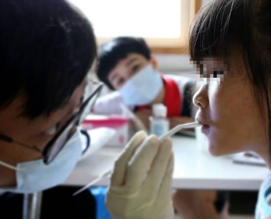 赛德阳光口腔常大桐博士为孩子检查牙齿