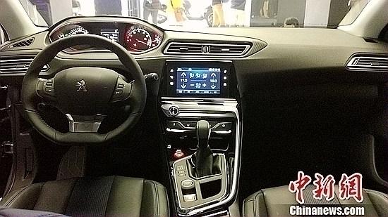 新一代东风标致308 内饰 质感座舱 独有体感设计理念打造品质之选 新一代308不光颜值高,内在还很有料。采用标致独有创新体感设计理念所打造的i-Cockpit唯我座舱,将独立体验与交互相结合,为消费者打造完美的感知和驾驶体验。9.7吋集成触控屏幕,集成了Car play、空调、多媒体、导航等功能于一体,设计简洁更易操作。环控式倾斜中控采用5.