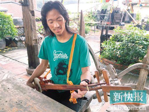 ■一名藏族歌手在1978创意园内练习藏族特色乐器龙头琴。    罗汉章/摄