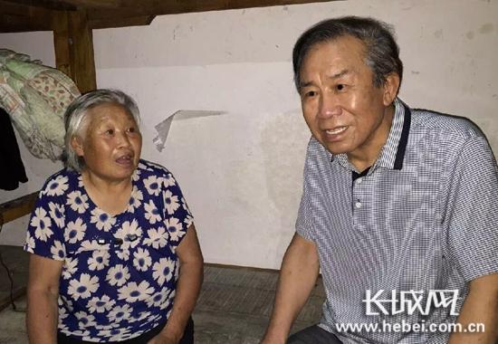 宁纺集团董事长苏瑞广连夜到安置点慰问灾民。宁晋县委宣传部供图