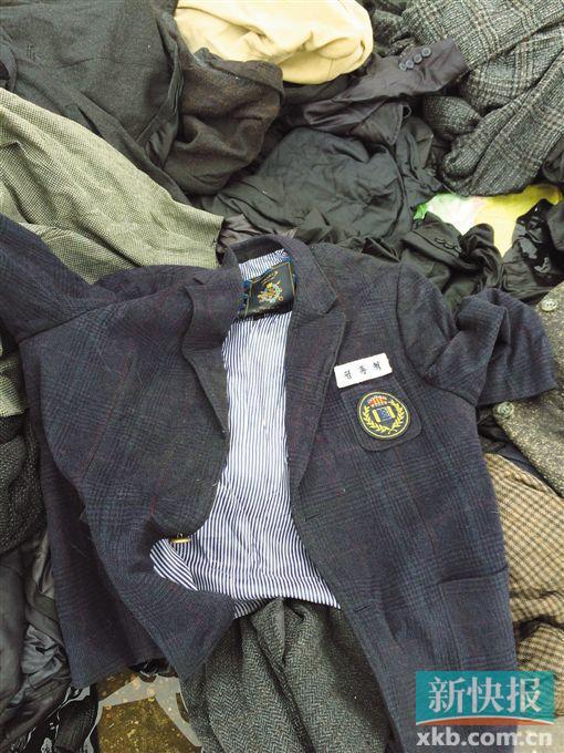 ■现场查获的一件韩国校服。 郑雁虹/摄
