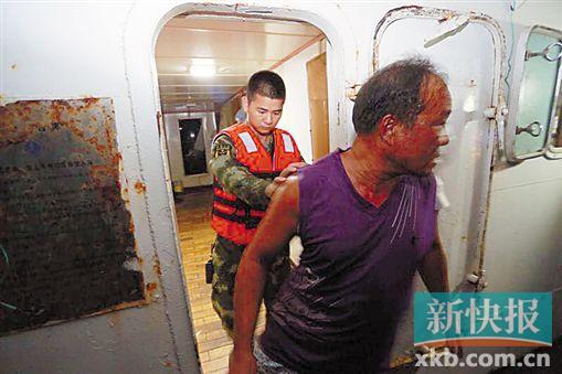 ■边防战士抓捕一名嫌疑人。 通讯员供图