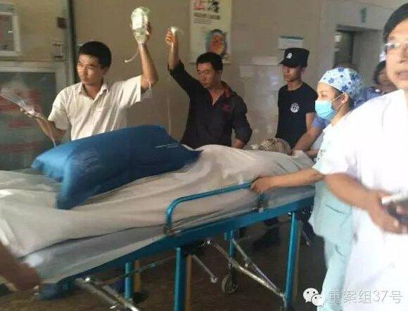 ▲8月12日下午,转运事故受伤人员。新京报记者林斐然摄