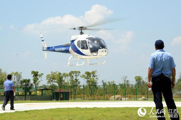 人民网南昌8月16日电(时雨)16日,南昌瑶湖湿地公园的上空,数架AC311型和AC311A型直升机在半空中飞翔,吸引人们驻足观看。当日,中国民用航空局为国产AC311A型直升机颁发型号合格证(TC),这意味着国产AC311A型直升机通过了中国民用航空局型号合格审定,飞机设计满足保证安全的基本要求,获得参与民用航空运输活动的入场券。