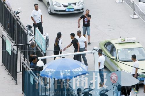 郑州机场,汽车站黑车宰客 的哥绕路3倍远 500米跳价17