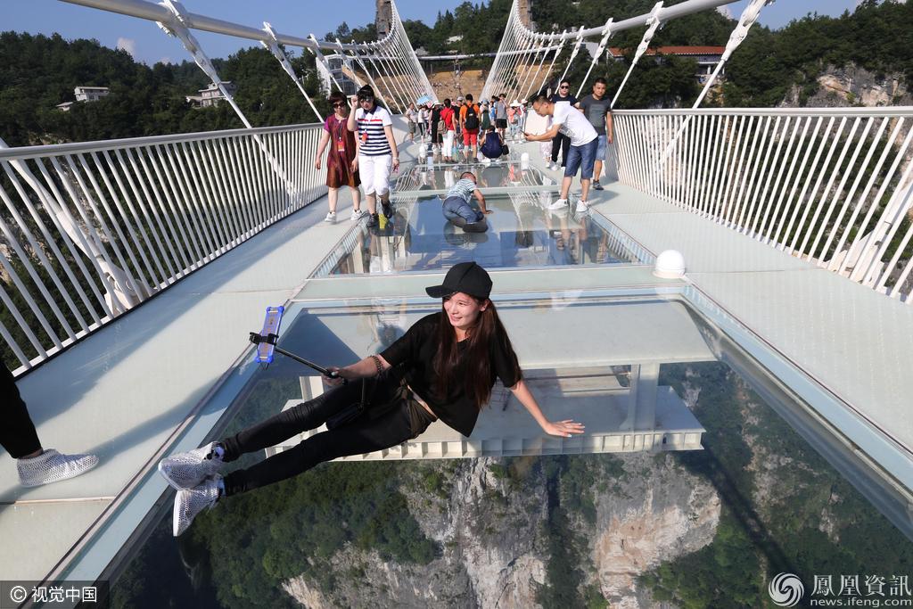 大峡谷玻璃桥试运营 8000游客争先体验 - 子泳 - 子泳WZ的博客