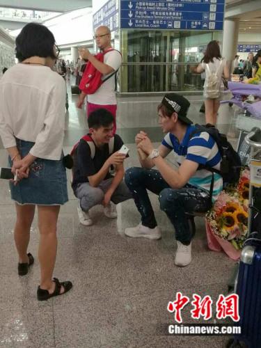 鲍春来在机场接受中新网记者采访。 中新网 宋宇晟摄