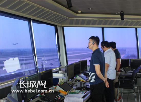 塔台管制员指挥飞机起飞.长城网
