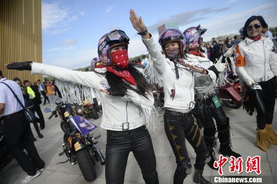 图为女车手赛前随着音乐热身。 刘文华 摄