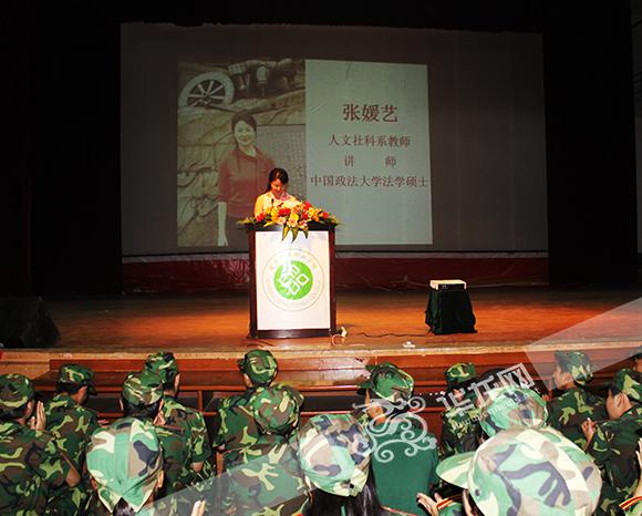 张媛艺给新生做入学讲座。重庆市教委供图 华龙网发