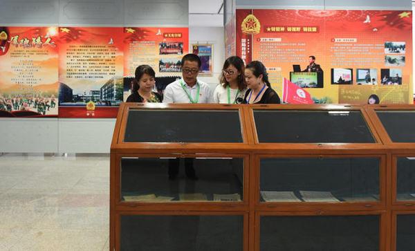 这是9月9日拍摄的北京市八一学校图书馆内的校史展览室。