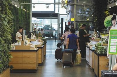 北京南站候车厅变身商业街 商铺抢占候车空间