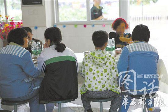 """▲小峰今年9岁,妈妈入狱服刑时,他3岁多。妈妈的刑期是13年,如今还剩下7年。小峰在老家读三年级,成绩不错,只是性格有点""""闷""""。共进午餐时,妈妈告诉他,要多和其他小朋友一起玩。"""